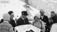 Członkowie ekspedycji patrzą na mapę (Narodowe Archiwum Cyfrowe)