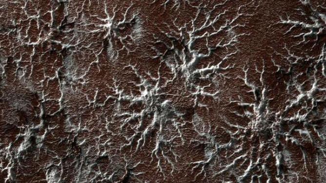 Budzące grozę formy na powierzchni Marsa. Powstają na skutek sublimacji dwutlenku węgla